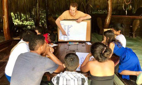 Clases de ingles para las comunidades locales en Finca La Jorara
