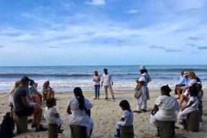 Experiencia cultural con indígenas Kogui y Arhuaco en la playa de Hotel La Joraraentre Tayrona y Palomino